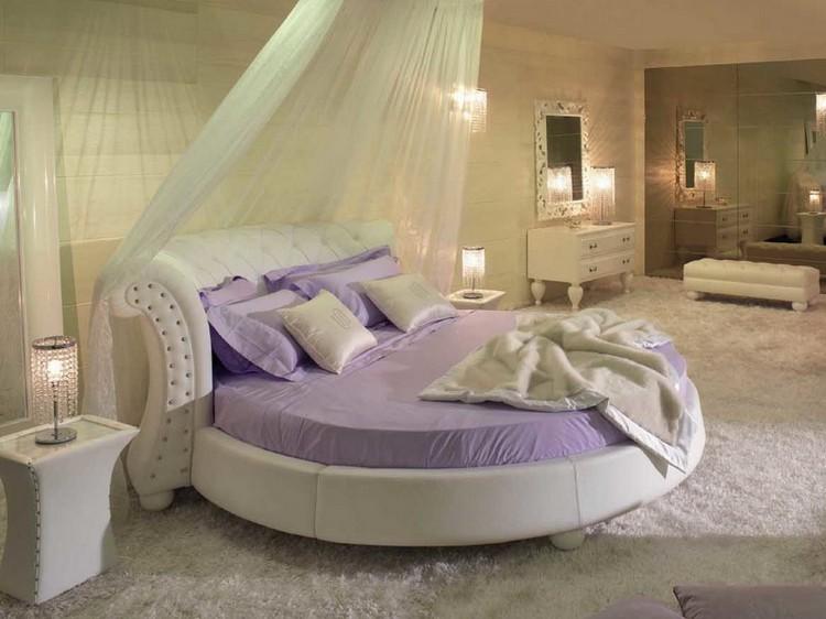 Кругле ліжко в інтер'єрі спальні
