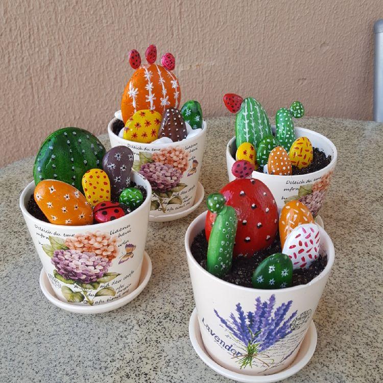 Декоративні кактуси з каменів