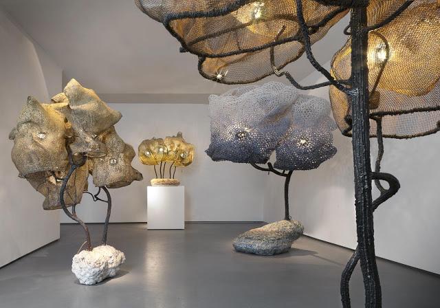 Величезний світильник у формі фантастичного дерева