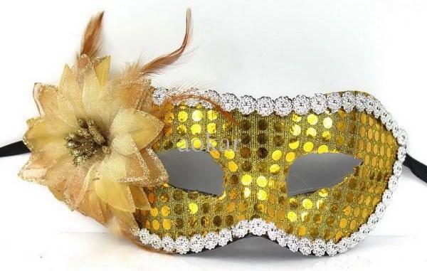 Новорічна маска з ялинкових прикрас