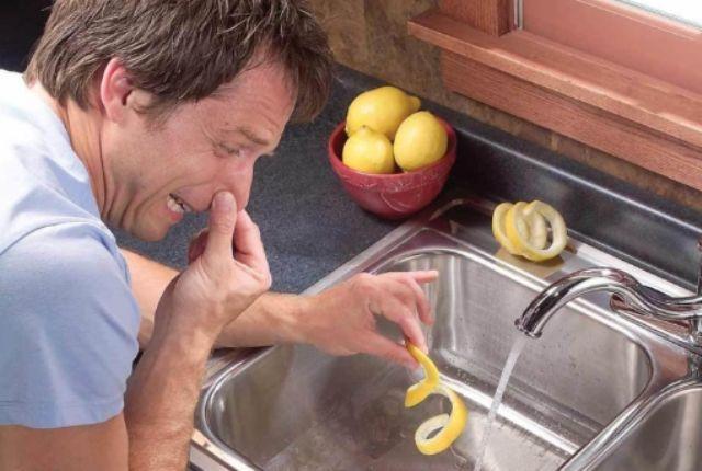 Неприємні запахи в раковині на кухні