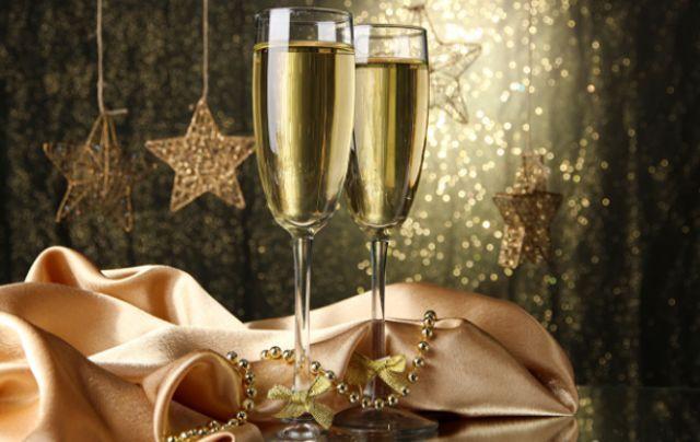 Головний напій Нового року: як правильно відкрити шампанське.